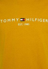Tommy Hilfiger - LOGO TEE - Printtipaita - crest gold - 2