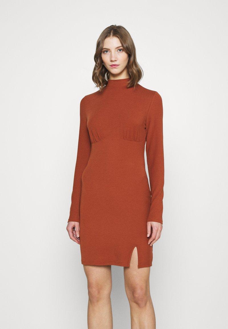 Glamorous - LONG SLEEVE DRESS - Shift dress - rust