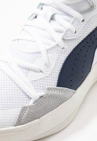 Puma - SKY MODERN - Basketballschuh - white/peacot - 5
