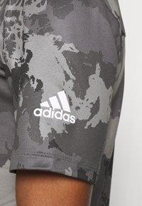 adidas Performance - AEROREADY TRAINING SHORT SLEEVE TEE - Camiseta estampada - grey four - 5