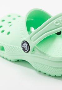 Crocs - CLASSIC UNISEX - Sandały kąpielowe - neo mint - 2