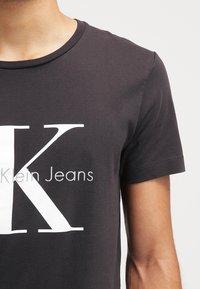 Calvin Klein Jeans - Print T-shirt - meteorite - 3