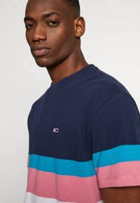 Tommy Jeans - GRAPHIC COLORBLOCK TEE - Print T-shirt - twilight navy - 5