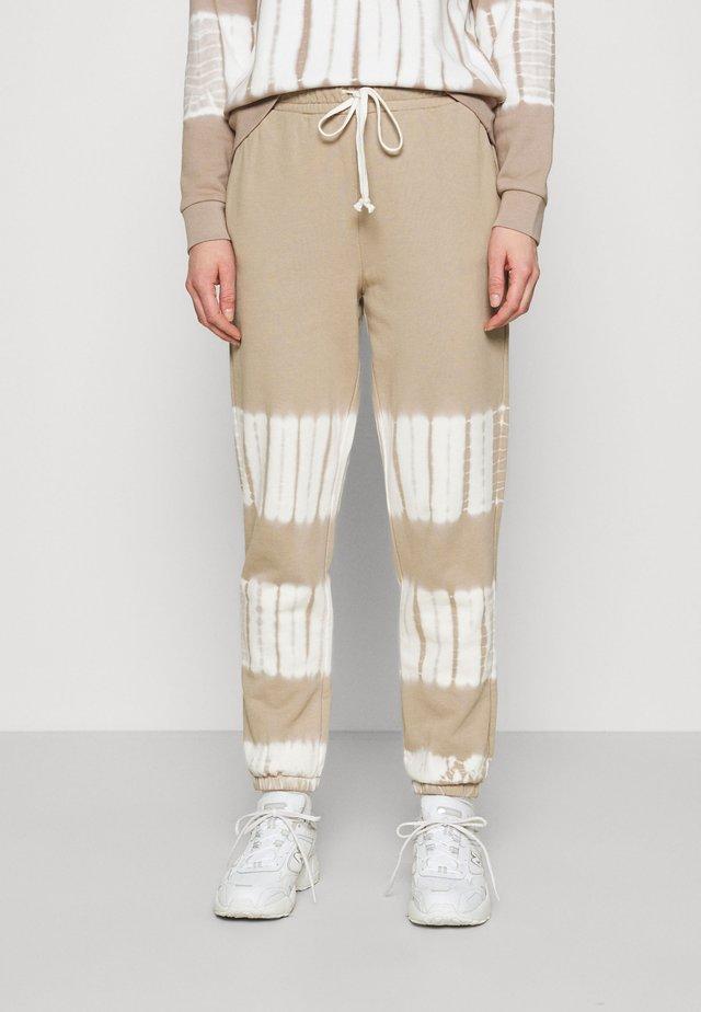 TIE DYE PANT - Pantaloni sportivi - burnished stone