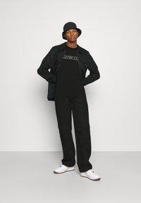 Calvin Klein Jeans - SHADOW LOGO TEE - T-shirt con stampa - black - 1