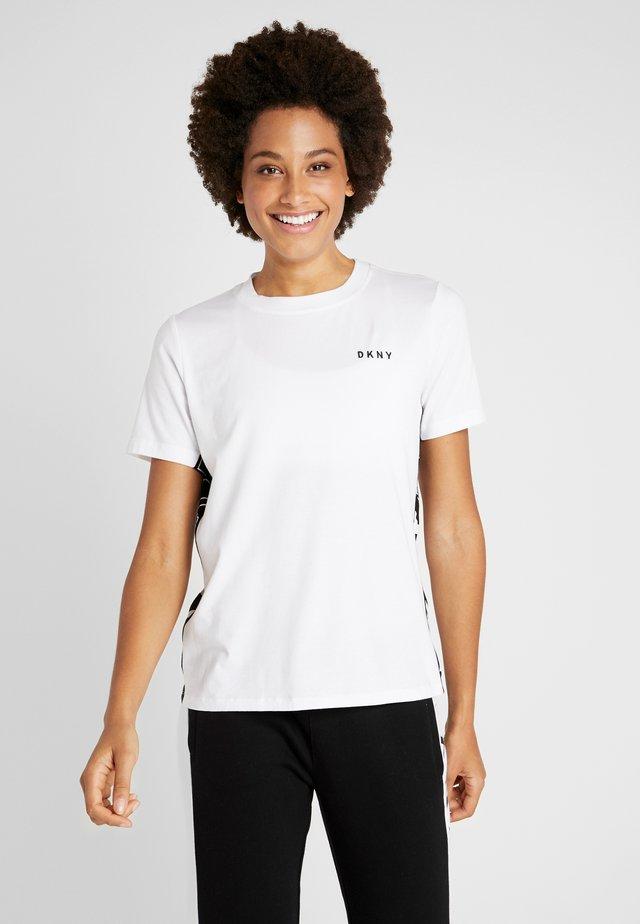 COLOR BLOCK FLIP LOGO TEE - T-shirt con stampa - white