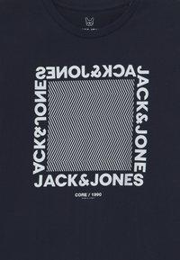Jack & Jones Junior - JCOLARSEN TEE CREW NECK - T-shirt med print - navy blazer - 2