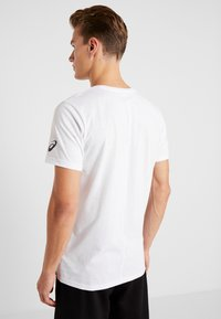 ASICS - T-shirt med print - brilliant white - 2