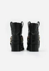 Fabienne Chapot - ANGIE - Cowboy/biker ankle boot - black - 3