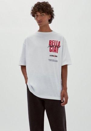 HAUS DES GELDES X SLOGAN BELLA CIAO - Print T-shirt - white