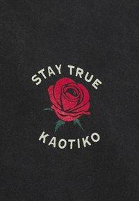 Kaotiko - STAY TRUE UNISEX - Print T-shirt - black acid wash - 2