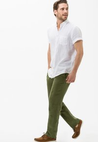 BRAX - STYLE EVANS - Trousers - green - 1