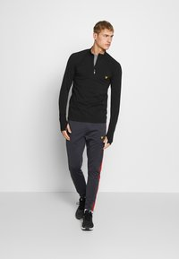 Lyle & Scott - PERFORMANCE SEAMLESS MIDLAYER - Sports shirt - true black marl - 1