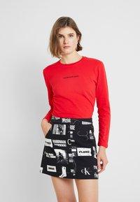 Calvin Klein Jeans - LOGO STRETCH SLIM - Top sdlouhým rukávem - racing red - 0
