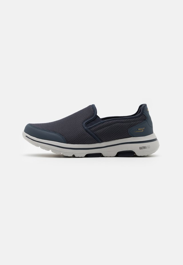 GO WALK 5 - Chaussures de course - navy/gray