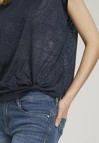 TOM TAILOR - MIT KNOTENDETAIL - T-shirt print - blue paisley design - 3
