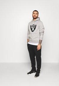 Fanatics - NFL OAKLAND RAIDERS ICONIC SECONDARY COLOUR LOGO GRAPHIC HOODIE - Bluza z kapturem - grey marl - 1