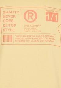 Levi's® - VINTAGE FIT GRAPHIC TEE - T-shirt imprimé - yellows/oranges - 2