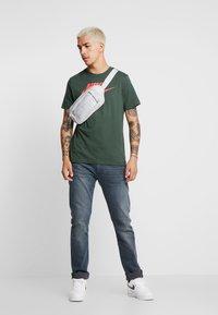 Nike Sportswear - TEE ICON FUTURA - Print T-shirt - galactic jade/ember glow - 1