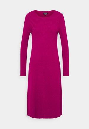PANEL DRESS - Strikket kjole - magenta