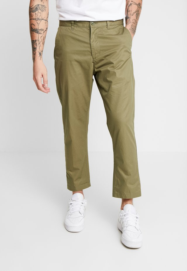 STRAGGLER LIGHT FLOODED PANT - Chino kalhoty - light army