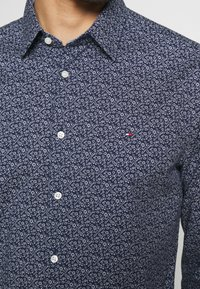 Tommy Hilfiger - FLEX FLORAL PRINT SLIM - Shirt - navy/white - 5