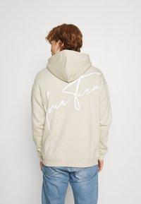 YOURTURN - BOLD SCRIPT HOODIE UNISEX - Sweatshirt - beige - 0