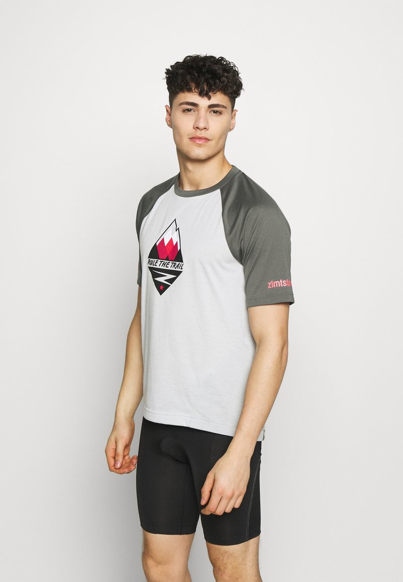 Zimtstern - PUREFLOWZ MEN - Print T-shirt - glacier grey/gun metal/cyber red