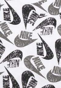 Nike Sportswear - TEE MARKER MASH UNISEX - Print T-shirt - white/particle grey/black - 2