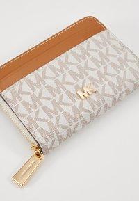 MICHAEL Michael Kors - MOTT COIN CARD CASE COATED - Monedero - vanilla - 2