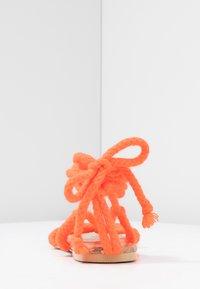 Public Desire - MOJITO - Sandály s odděleným palcem - orange - 5