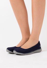 Skechers Wide Fit - MICROBURST - Baleríny - navy/charcoal - 0