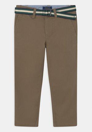 BEDFORD PANTS - Chino kalhoty - basic olive