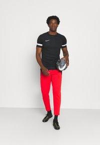 Nike Performance - LIVERPOOL FC PANT - Squadra - rush red/black - 1