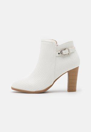 ALICANTE - Ankelboots med høye hæler - white