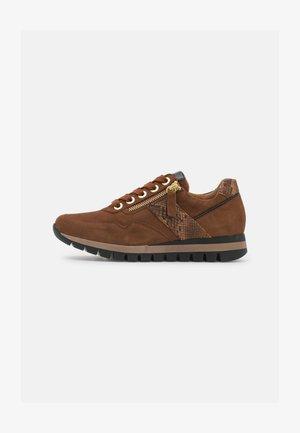 Sneakers laag - whisky/schwarz
