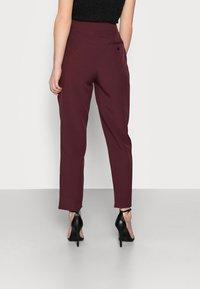 Missguided Petite - TAILORED CIGARETTE TROUSER - Trousers - plum - 2