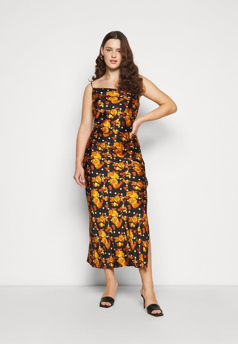 Glamorous Curve - MIDI DRESS WITH NARROW STRAPS AND SIDE SPLIT - Denní šaty - ochre rose