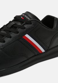 Tommy Hilfiger - LIGHTWEIGHT FLAG - Sneakers basse - black - 6