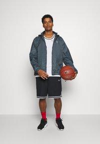 Nike Performance - NBA TEAM 31 WASH PACK JACKET - Chaqueta de entrenamiento - black/fireberry - 1