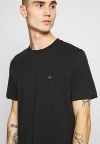 Calvin Klein - LOGO 2 PACK - Basic T-shirt - black/black - 4