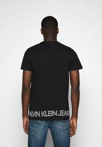 Calvin Klein Jeans - OUTLINE LOGO HEM - Print T-shirt - black - 2