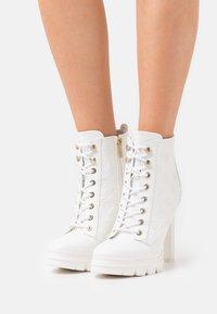 Guess - JACLIN - Šněrovací kotníkové boty - white - 0