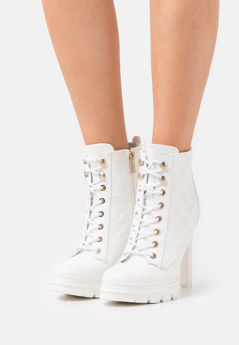 Guess - JACLIN - Šněrovací kotníkové boty - white