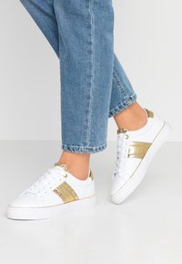 Guess - GRAYZIN - Sneakers laag - white/gold - 0