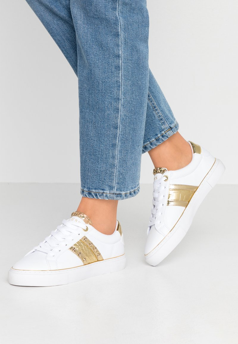 Guess - GRAYZIN - Sneakers laag - white/gold