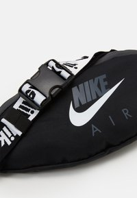 Nike Sportswear - AIR HERITAGE - Ledvinka - black/grey/white - 3