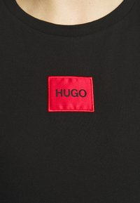 HUGO - THE SLIM TEE REDLABEL - Triko s potiskem - black - 5