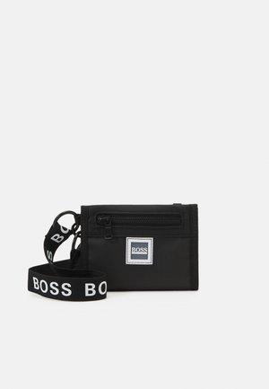 WALLET KEYRING - Across body bag - black