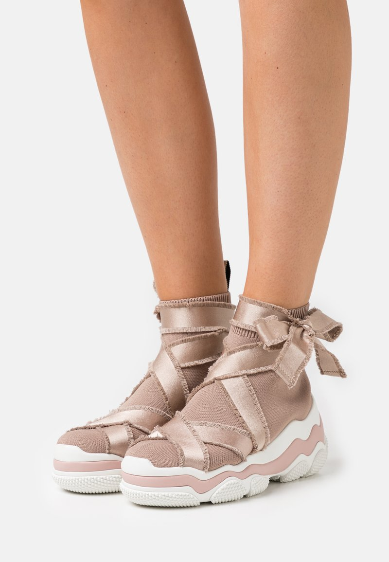 Red V - High-top trainers - nude/bianco